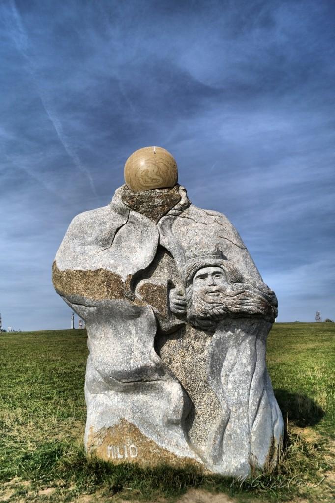 SANT MILIO  ST MILIAU hauteur: 3,50 m poids: 13 tonnes Sculpteur Norbert Le Gal
